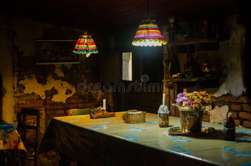 一个古色古香的象土牢的大厦的老餐馆 免版税库存照片