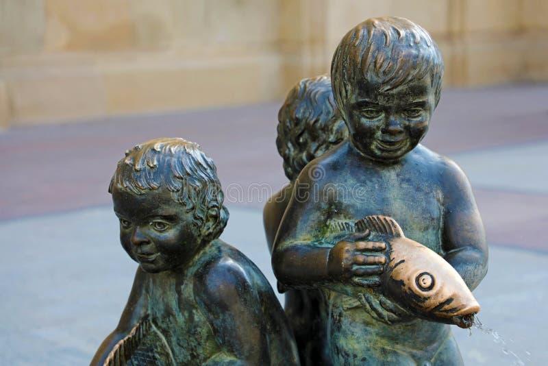 一个古铜色喷泉的细节在Plaza del Pilar广场,Zaragozza,西班牙 免版税库存图片