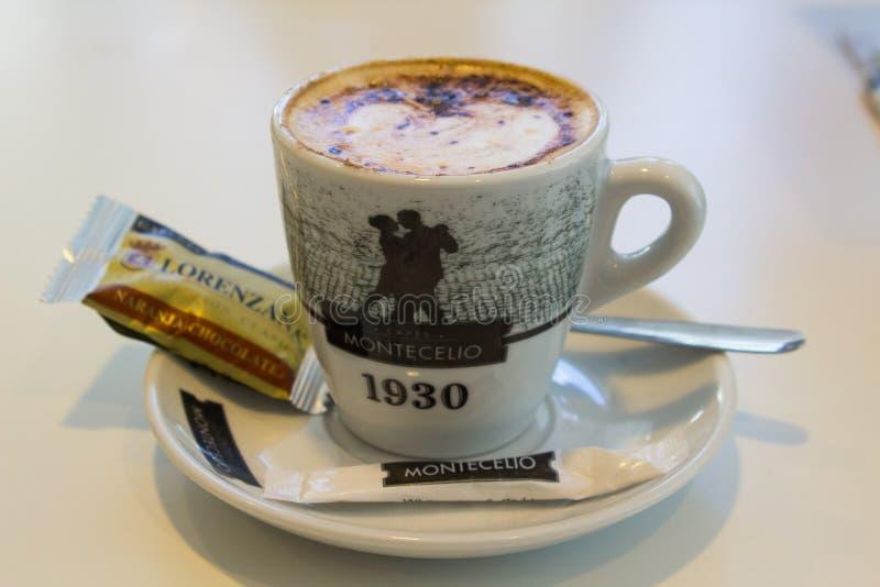 一个可口杯子巧克力被洒的热奶咖啡咖啡用饼干在一家小餐馆供食在T的Playa美洲日报 免版税库存图片