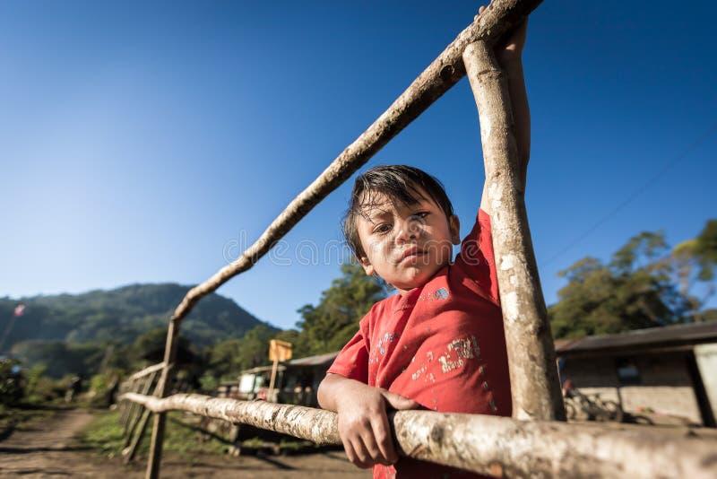 一个可怜的孩子的画象从巴厘岛,印度尼西亚的一个农村部分的 图库摄影