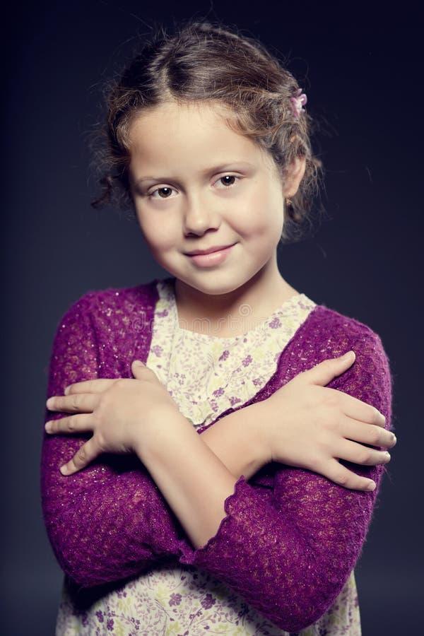 有卷发的可爱的微笑的女孩 库存图片