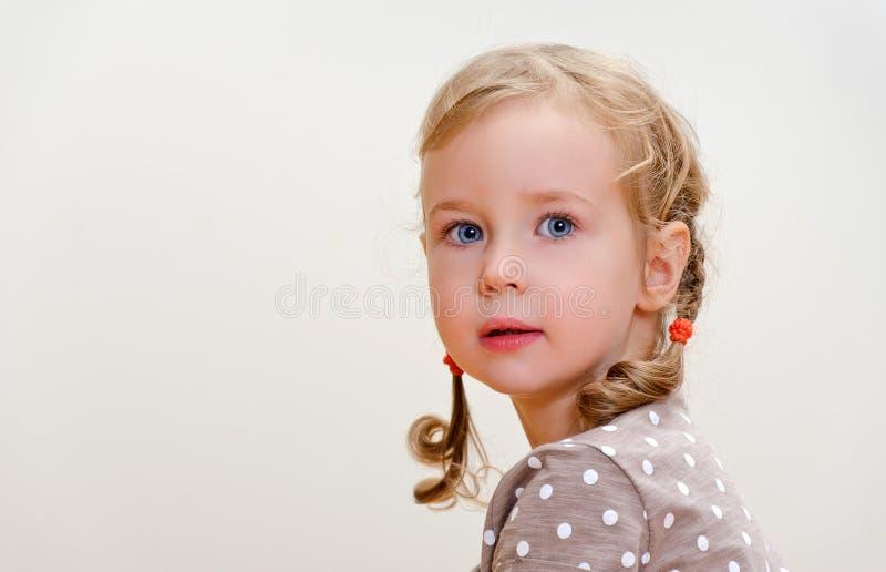 一个可爱的小女孩的纵向 免版税库存图片
