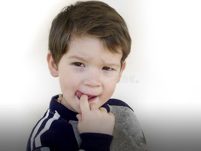 一个可爱的小男孩的画象吮o的三岁 库存图片