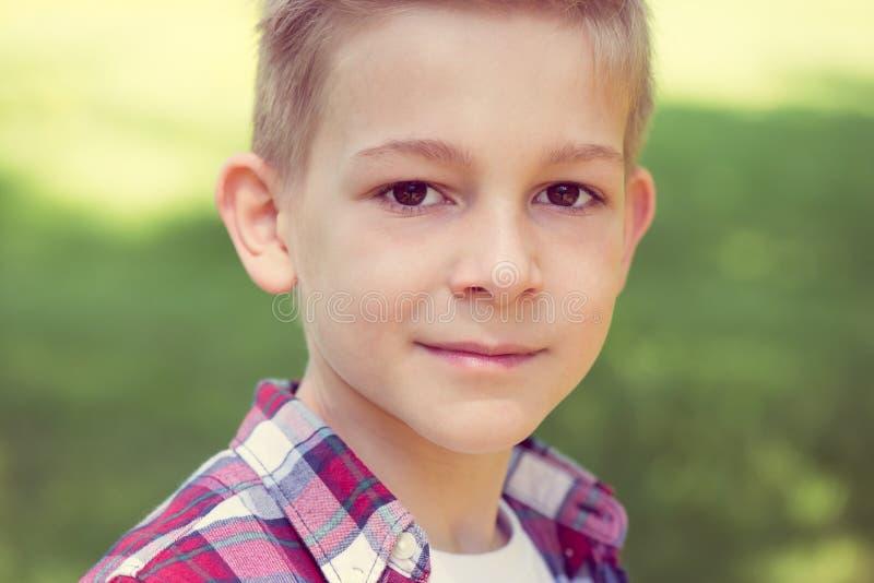 一个可爱的年轻少年的画象校园的 库存照片