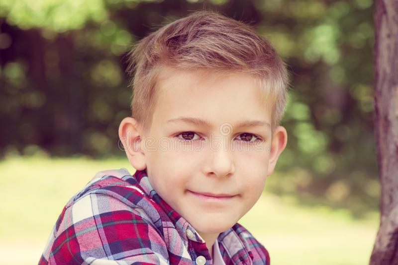 一个可爱的年轻少年的画象校园的 免版税库存照片