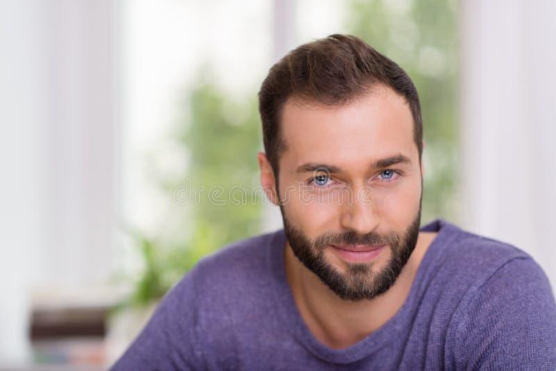 一个可爱的有胡子的人的画象 免版税库存图片
