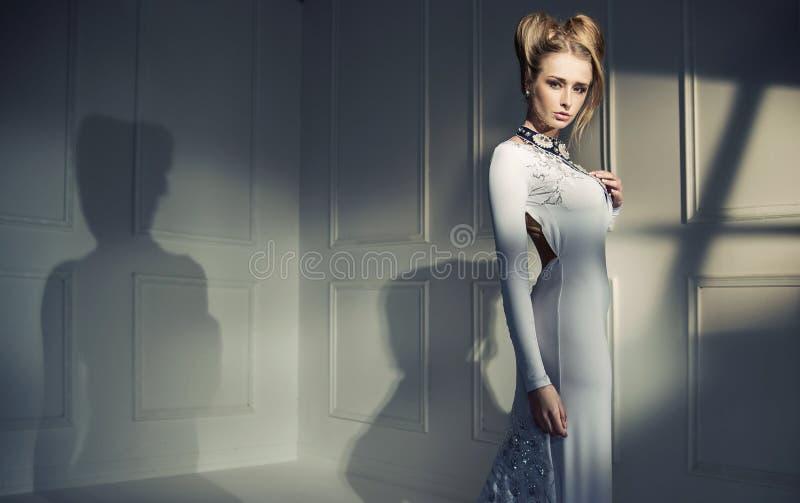 一个可爱的白肤金发的夫人的特写镜头画象 库存图片
