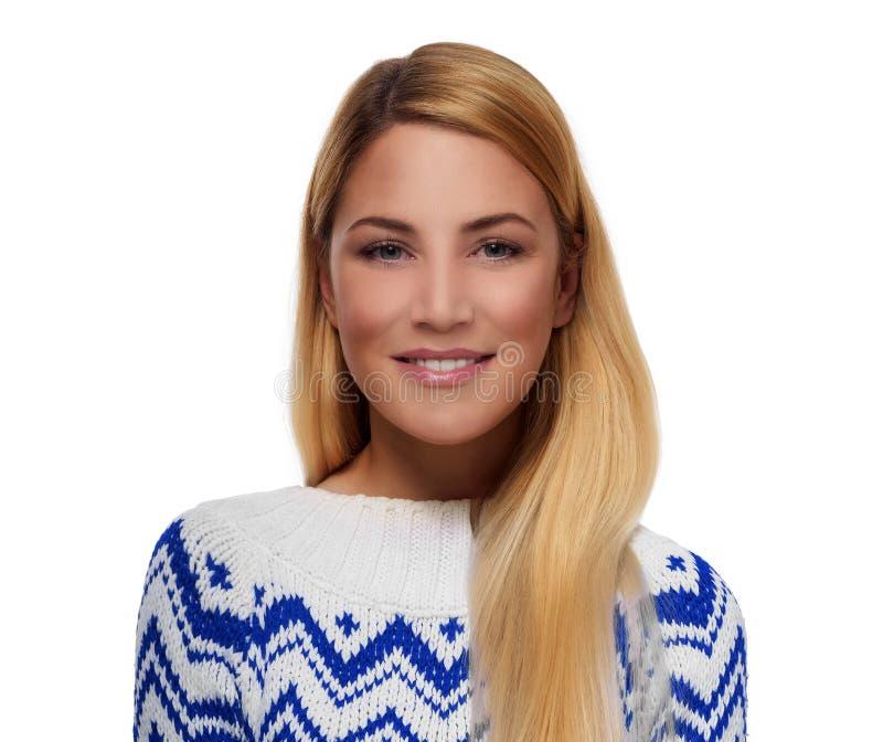 一个可爱的金发碧眼的女人的画象一件冬天夹克的在白色背景 免版税库存图片