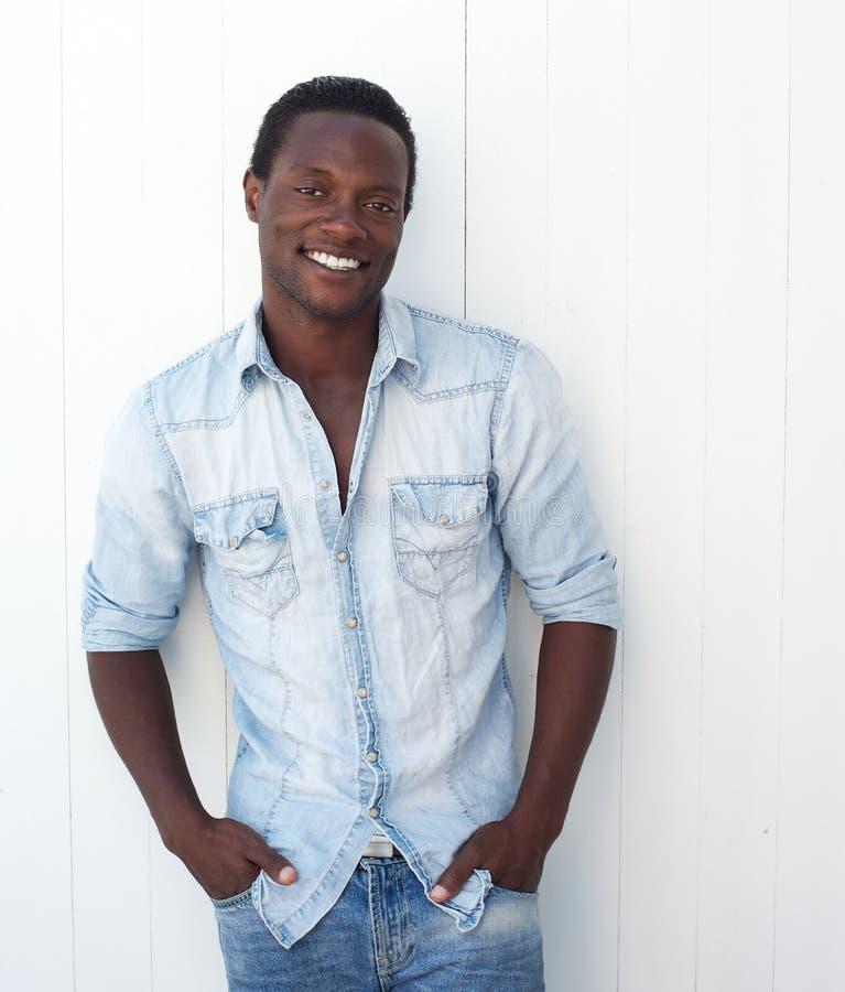 一个可爱的年轻黑人的画象用在口袋的手 免版税库存照片