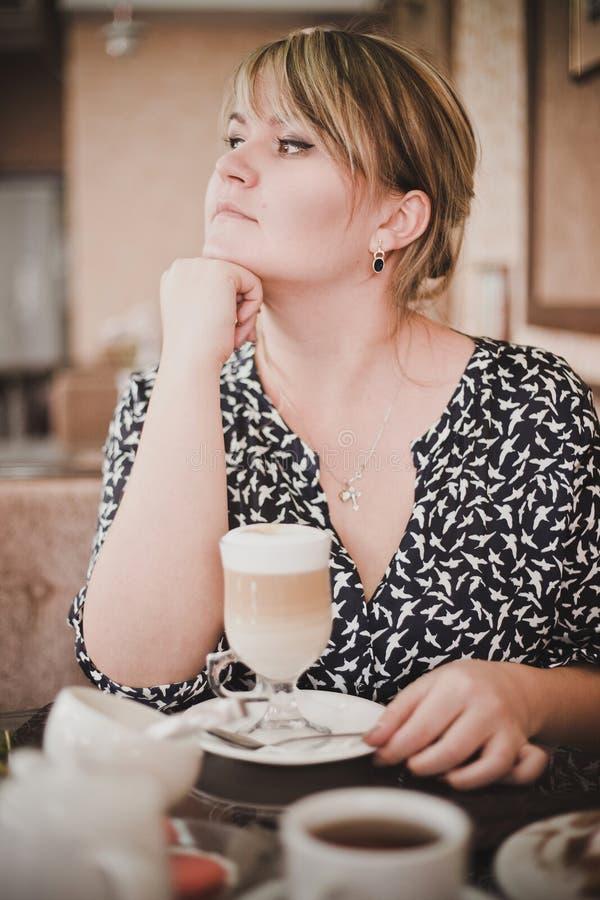 一个咖啡馆的女孩与咖啡 库存图片