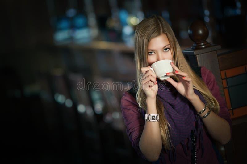 一个咖啡馆的妇女与一杯咖啡 图库摄影