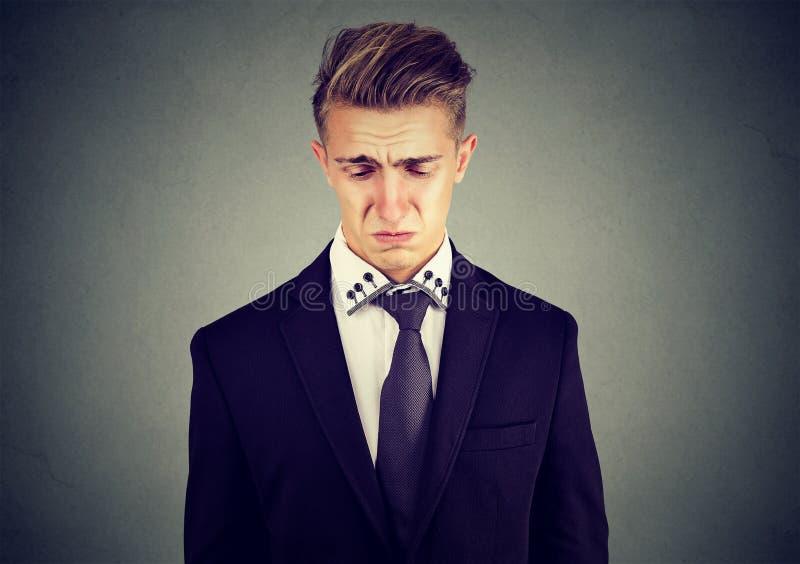 一个哀伤的哭泣的商人的特写镜头 免版税库存图片