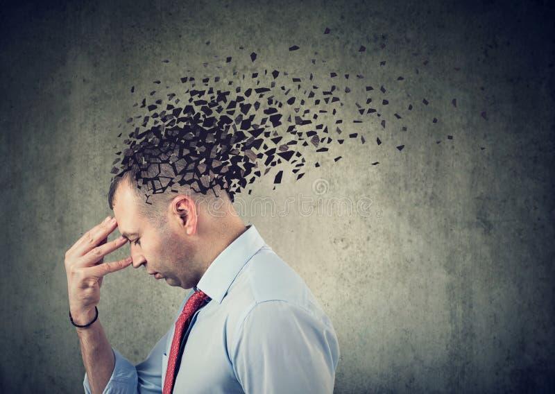 一个哀伤的头的人丢失的零件的旁边外形作为减少的头脑作用的标志的 库存图片