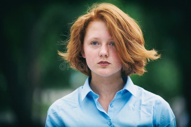 一个哀伤的红头发人十几岁的女孩的画象 免版税库存图片