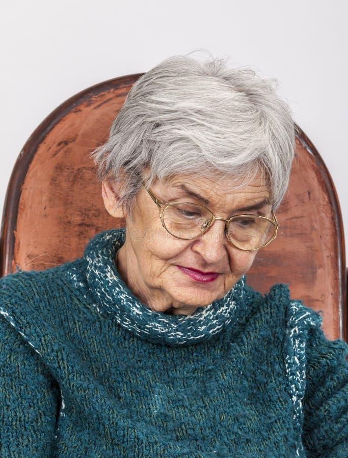 一个哀伤的老妇人的画象 免版税库存照片