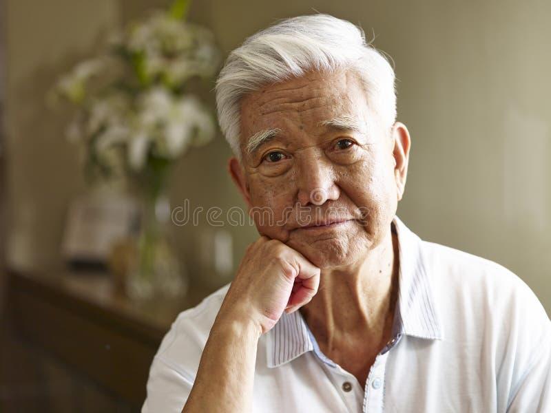 一个哀伤的资深亚裔人的画象 库存图片