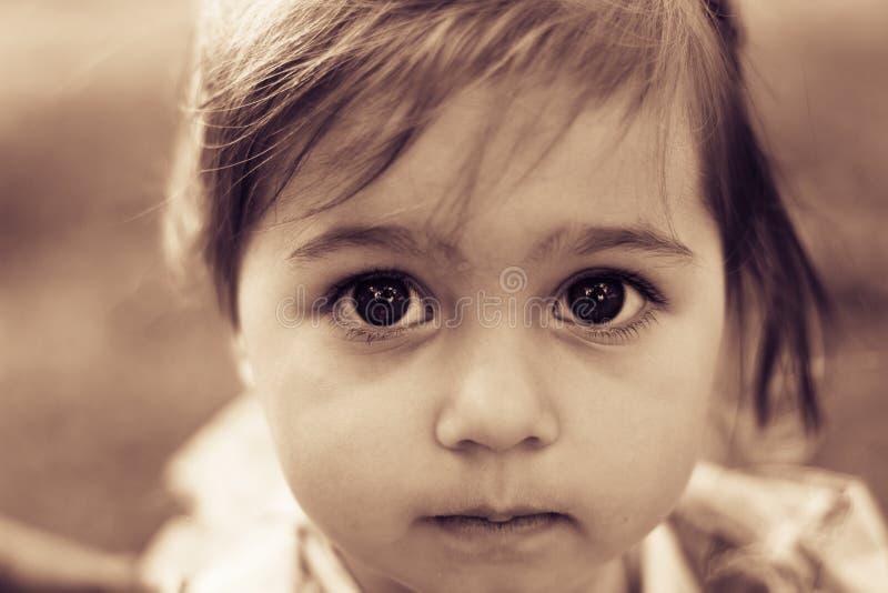 一个哀伤的liitle女孩特写镜头的画象 定调子 免版税库存照片
