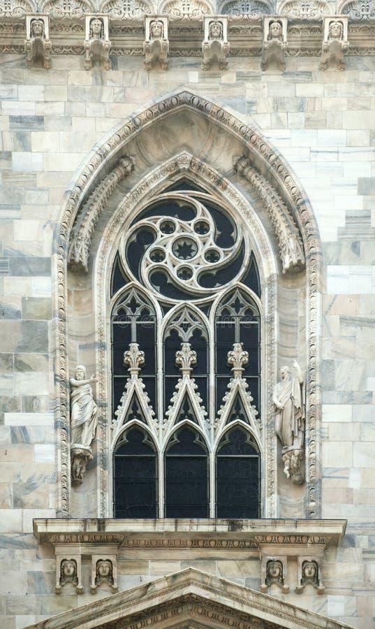 一个哥特式大教堂的窗口在米兰 库存照片