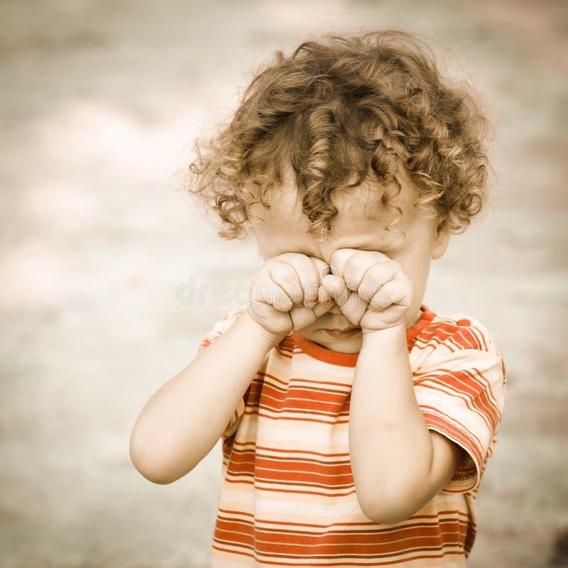 一个哭泣的孩子的画象 免版税库存图片