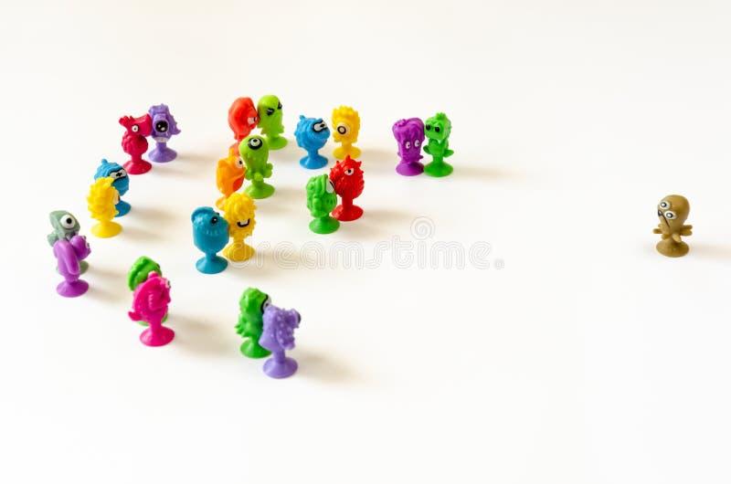 一个唯一字符面对一个小组图 冲突的概念在唯一和小组之间的 图库摄影