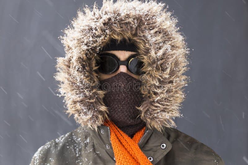 一个唯一男性冬天冒险家的画象有葡萄酒样式风镜的 免版税库存图片