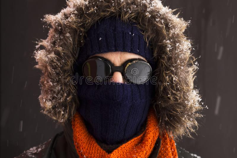 一个唯一男性冬天冒险家的画象有葡萄酒样式风镜的 图库摄影