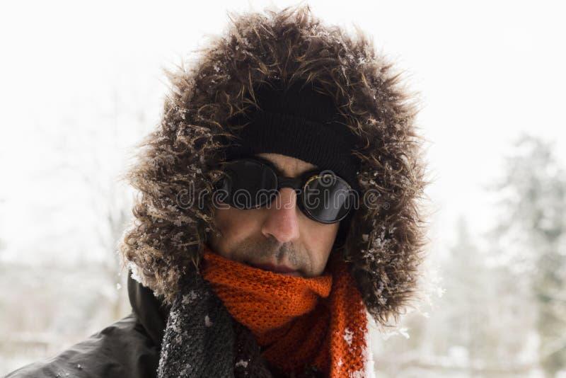 一个唯一男性冬天冒险家的画象有葡萄酒样式风镜的 免版税库存照片