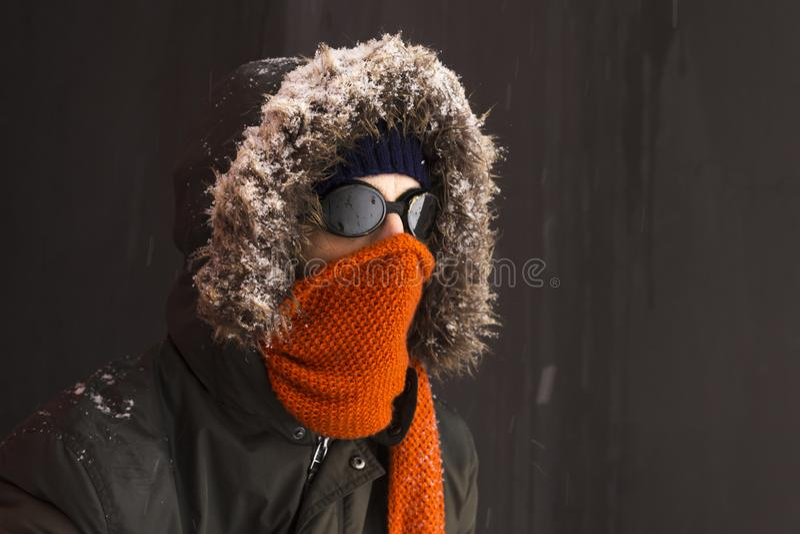 一个唯一男性冬天冒险家的画象有葡萄酒样式风镜的 免版税图库摄影