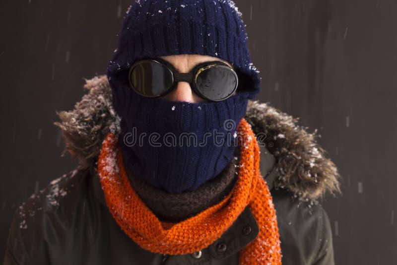 一个唯一男性冬天冒险家的画象有葡萄酒样式风镜的 库存照片