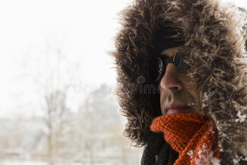 一个唯一男性冬天冒险家的画象有葡萄酒样式风镜的 库存图片