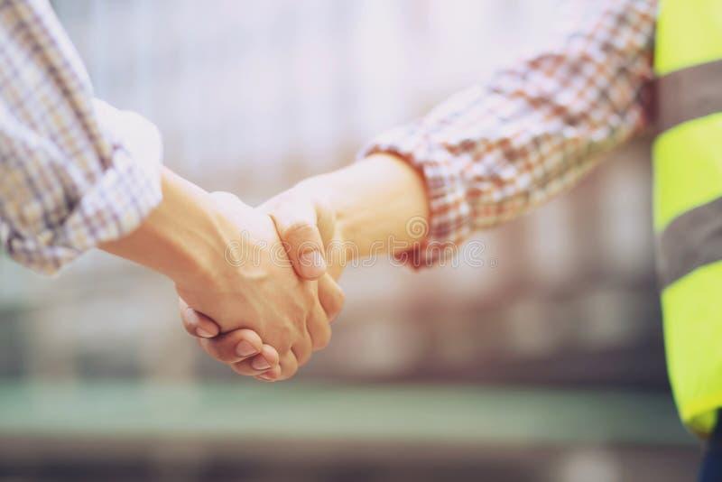 一个商人手震动的特写镜头在两个同事之间的招呼 库存图片