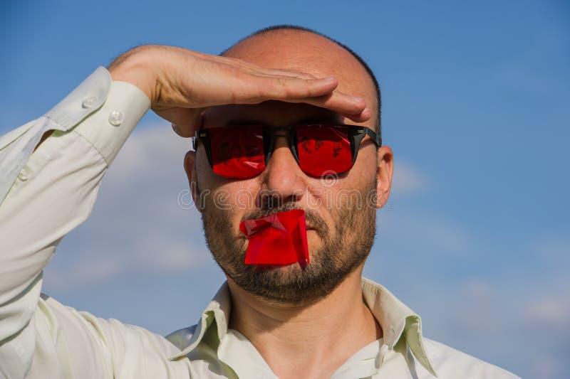 一个商人的概念性画象在凝视的与的玻璃 库存图片