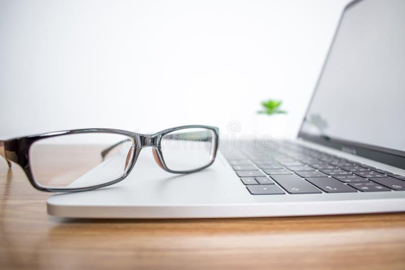 ?? 一个商人的镜片在一台计算机上的在办公室 免版税库存照片