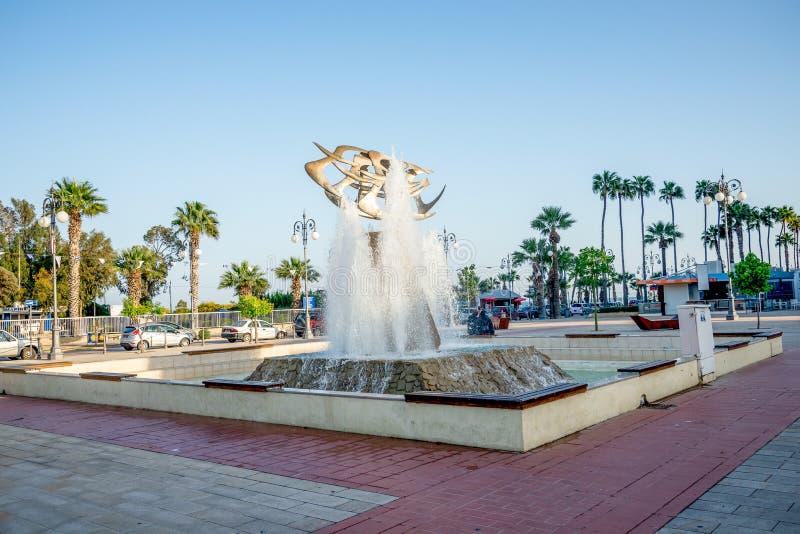 一个喷泉在拉纳卡小游艇船坞附近的欧洲广场和Finikoudes靠岸 库存照片