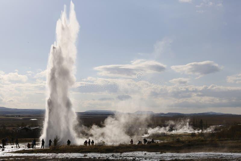 一个喷泉的爆发在冰岛 库存图片