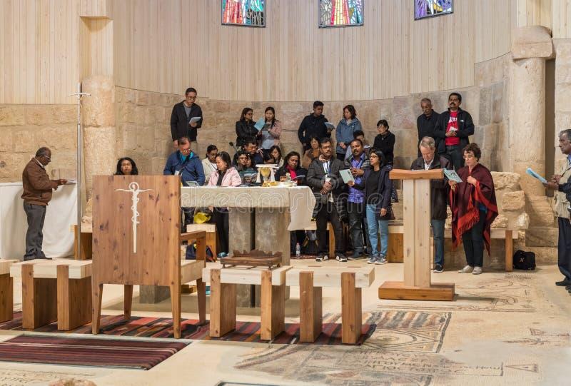 一个国际小组信徒在登上尼波做一个小组祈祷会在摩西纪念教会里在米底巴附近  免版税库存照片