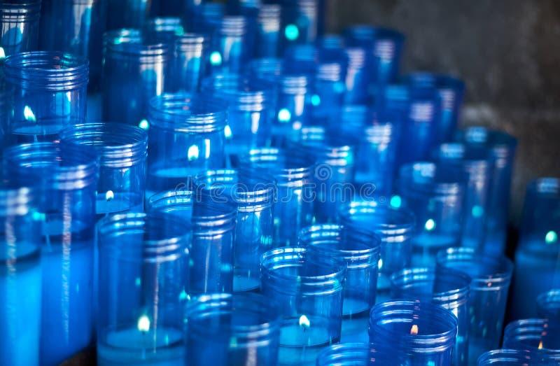 一个圣所的蓝色塑料蜡烛与选择聚焦和拷贝空间的文本的 图库摄影