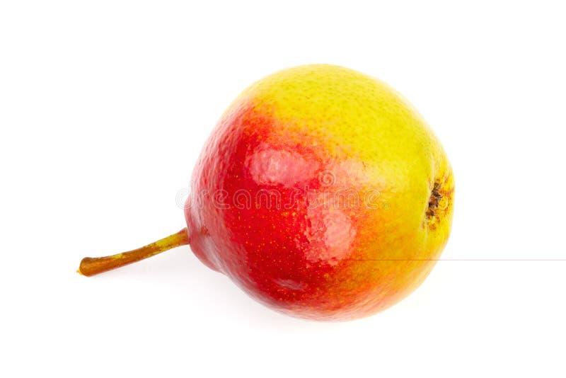一个在白色背景隔绝的成熟红色黄色梨果子 顶视图 平的位置样式 库存图片