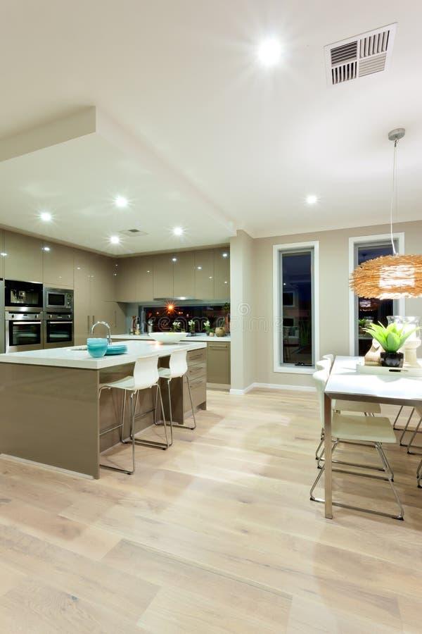 一个在t旁边的房子和厨房的内部看法有木地板的 库存照片