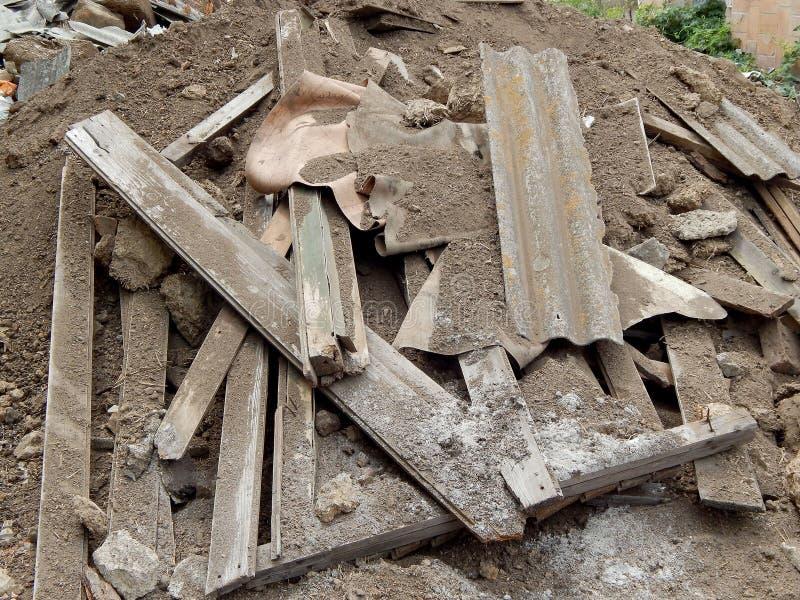 一个垃圾堆的特写镜头图象与被毁坏的砖和木板条的 灾害,残骸的概念 图库摄影