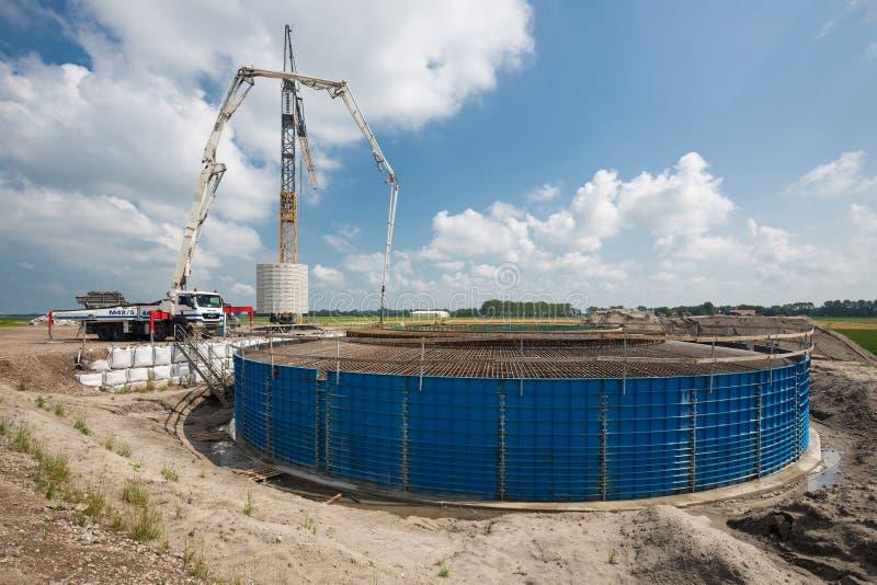 一个基础的建造场所一台巨大的新的荷兰风轮机的 库存图片