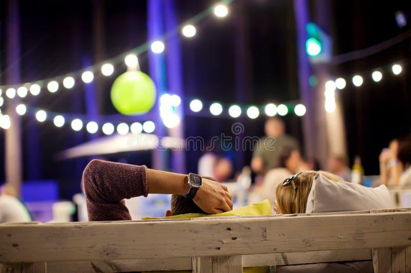 一个夏天咖啡馆的年轻人在晚上 图库摄影