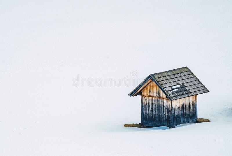 一个多雪的领域的小木谷仓 库存照片