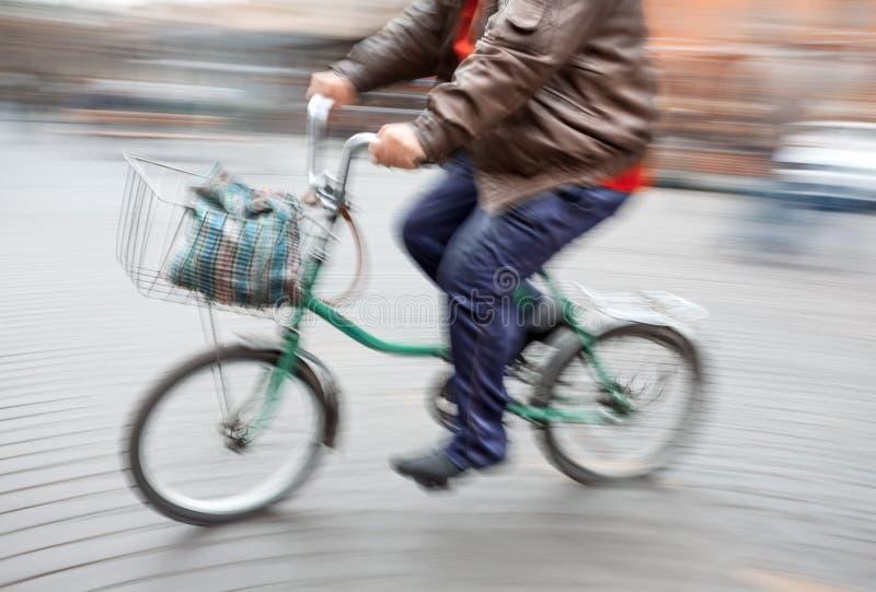 一个大人的抽象图象一辆小的自行车的 免版税库存照片