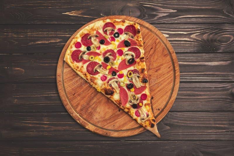 一个大切片香肠和比萨与橄榄储蓄照片 库存图片