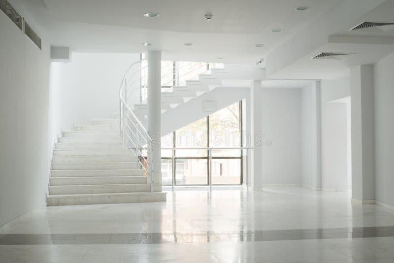 一个大厦的内部与白色墙壁的 免版税库存照片
