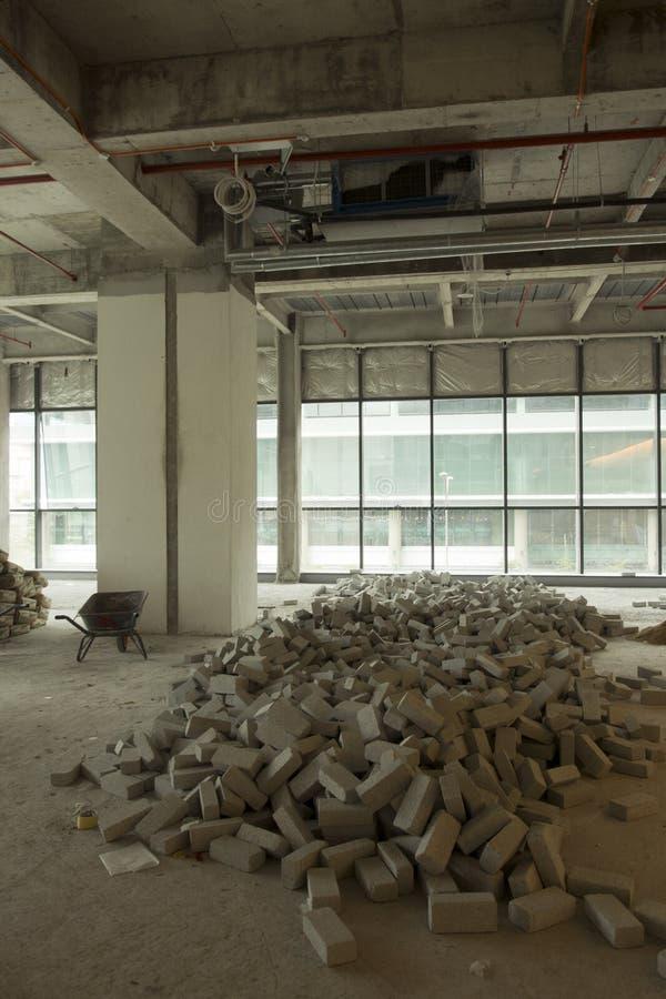 一个大厦的内部在整修下的在建造场所 免版税库存照片