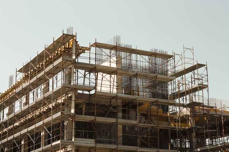 一个大厦的模板、混凝土和钢增强在建造场所 免版税库存图片