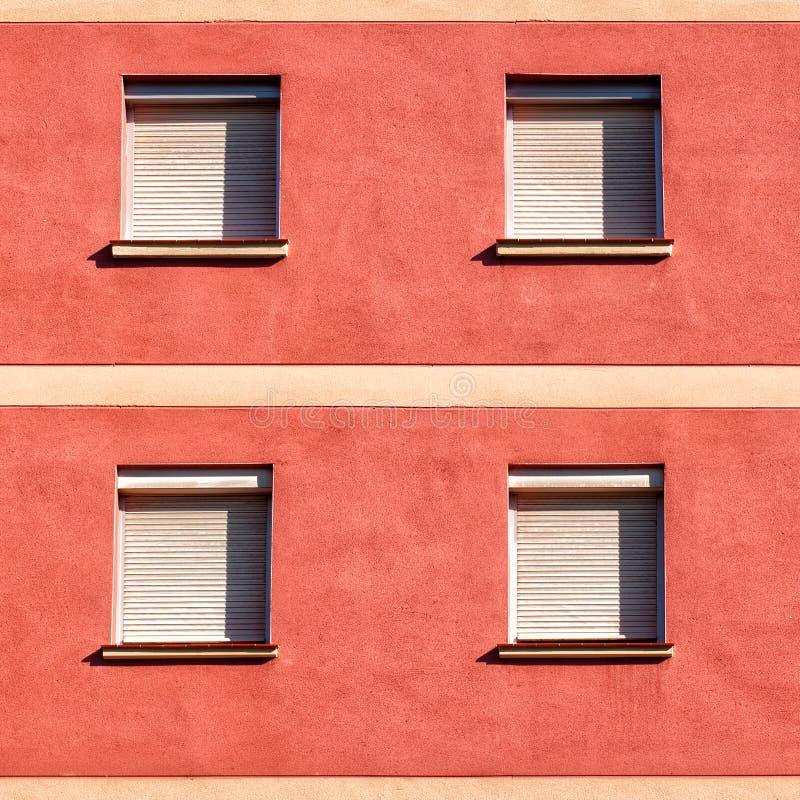 一个大厦的门面与四的关上了窗口 免版税库存图片