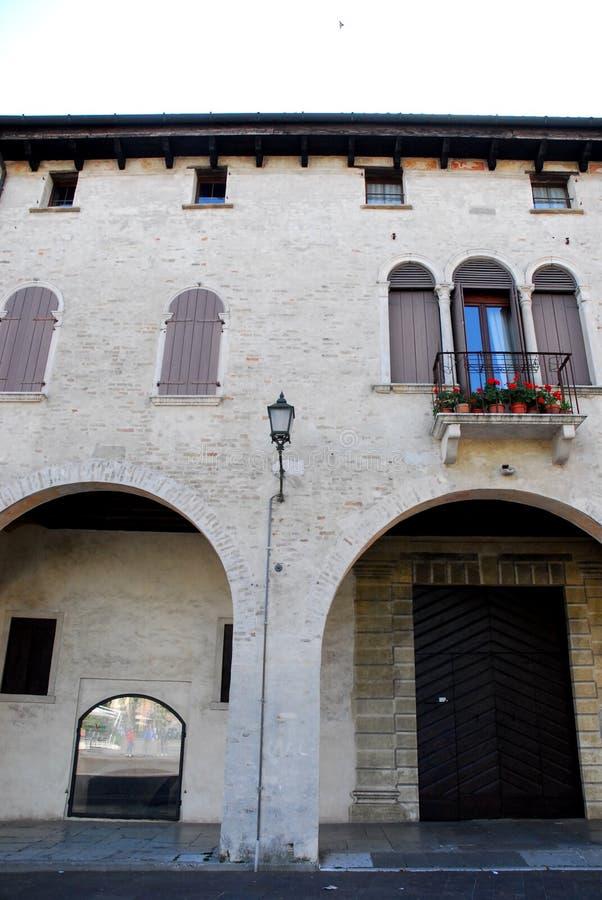 一个大厦的门面在特雷维索省的奥德尔佐在威尼托(意大利) 免版税库存照片